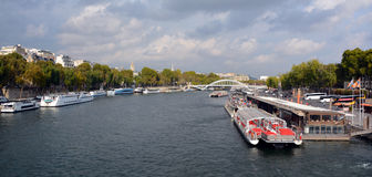 Touristisches Boot in Paris Stockfoto