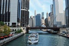 Touristisches Boot schwimmt auf Chicago River in Chicago lizenzfreie stockfotografie
