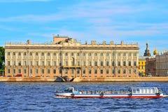 Touristisches Boot schwimmt auf den Hintergrund des Marmorpalastes auf Th Lizenzfreie Stockfotografie