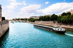 Touristisches Boot Segeln auf Fluss Lizenzfreies Stockfoto