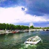 Touristisches Boot von der Alexander III.-Brücke über dem Fluss die Seine mit einem Panorama von Riesenrad herein Paris, Frankrei Stockbilder