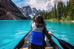 Touristisches Canoeing auf Moraine See in Nationalpark Banffs, Kanadier Rocky Mountains, Alberta, Kanada lizenzfreies stockfoto
