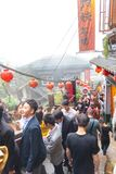 Touristisches Einkaufen der alten Straße Jiufen-Dorfs in der alten japanischen Goldförderungsstadt stockbild