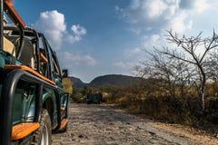 Touristisches Fahrzeugnähern lizenzfreie stockfotos