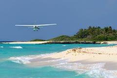 Touristisches flaches Flugwesen über karibischem Strand stockfoto
