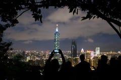 Touristisches fotografierendes ikonenhaftes Gebäude von Taipeh 101, Taipeh, Taiwan lizenzfreie stockfotografie