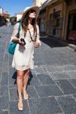 Touristisches Gehen der Frau in die Stadtstraße lizenzfreies stockbild