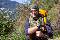 Touristisches haltenes Kameraporträt des Wanderers Stockfoto