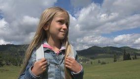 Touristisches Kind in den Gebirgsspuren, Kind, das Landschaften, Mädchen-Sommer-Reise betrachtet lizenzfreies stockbild