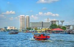 Touristisches Kreuzfahrtboot und moderne Gebäude Stockfoto