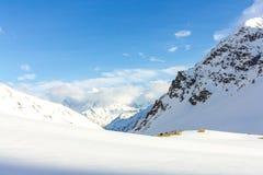 Touristisches Lager in den schneebedeckten Bergen Stockbilder