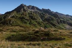 Touristisches Lager nahe bei Mountainsee und Reflexionen im Wasser Lizenzfreie Stockfotos