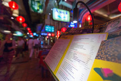 Touristisches Lebensmittelmenü in Siem Reap nachts, Kambodscha Lizenzfreie Stockfotos