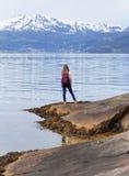 Touristisches Mädchen beim Hardangerfjorden Stockbilder