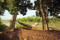touristisches Mädchen, das auf Hängematte, Luang Prabang, Laos schläft lizenzfreie stockfotos