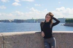 Touristisches Mädchen, das durch die historische Mitte von St. geht Lizenzfreie Stockfotos