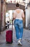 Touristisches Mädchen, das einen Spaziergang mit Reisetasche macht Lizenzfreie Stockfotos