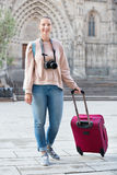 Touristisches Mädchen, das einen Spaziergang mit Reisetasche macht Stockbild
