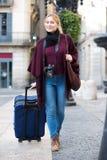 Touristisches Mädchen, das mit der Reisetasche geht Lizenzfreies Stockbild