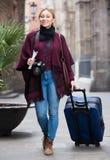 Touristisches Mädchen, das mit der Reisetasche geht Stockfoto