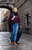 Touristisches Mädchen, das mit der Reisetasche geht Stockfotos