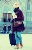 Touristisches Mädchen, das mit der Reisetasche geht Stockfotografie