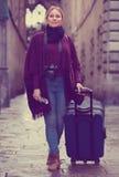 Touristisches Mädchen, das mit der Reisetasche geht Stockbild