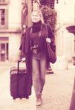 Touristisches Mädchen, das mit der Reisetasche geht Lizenzfreies Stockfoto
