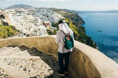 Touristisches Mädchen in der Stadt von Fira auf der Insel von Santorini in Griechenland lizenzfreie stockbilder
