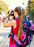 Touristisches Mädchen mit dem Rucksack, der Fotos auf Digitalkamera macht lizenzfreies stockfoto