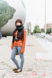 Touristisches Mädchen mit Retro- Kamera Lizenzfreies Stockfoto