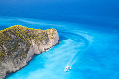 Touristisches Motorboot geht auf Navagio-Bucht lizenzfreies stockfoto