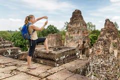 Touristisches nehmendes Bild des vor Rup-Tempels, Angkor, Kambodscha Lizenzfreies Stockfoto