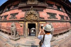 Touristisches nehmendes Bild in Patan Lizenzfreie Stockbilder