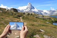 Touristisches nehmendes Bild von Matterhorn oder von Breuil-Cervinia lizenzfreie stockfotos