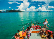 Touristisches nehmendes Foto auf dem Bogen der Fähre vorangehend zu Samui Islan Stockfotos