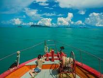 Touristisches nehmendes Foto auf dem Bogen der Fähre vorangehend zu Samui, Thailand Lizenzfreies Stockbild