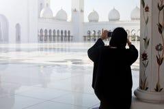 Touristisches nehmendes Foto an der berühmten großartigen Moschee in Abu Dhabi Stockbild