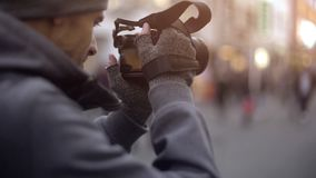 Touristisches nehmendes Foto in der Stadt, privater ausspionierender Detektiv, Paparazzi bei der Arbeit lizenzfreie stockfotos
