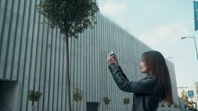 Touristisches nehmendes Foto an ihrem Handy stock video