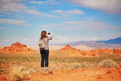 Touristisches nehmendes Foto mit ihrem Handy im Tal des Feuers Stockbilder
