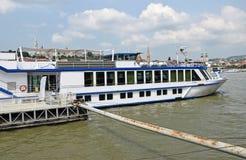 Touristisches Schiff auf dem Fluss Donau Lizenzfreie Stockbilder