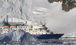 Touristisches Schiff auf dem Hintergrund von Bergen und von Gletschern von Stockfoto