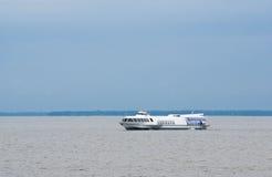 Touristisches Schiff auf dem offenen Wasser Lizenzfreie Stockbilder