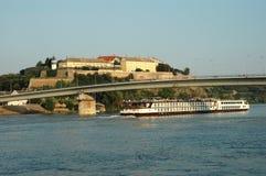 Touristisches Schiff auf der Donau in Serbien stockfotos