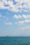 Touristisches Schiff auf der hohen See Stockfotografie