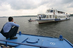 Touristisches Schiff im Zugang Lizenzfreies Stockfoto