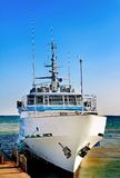 Touristisches Schiff am Pier Lizenzfreie Stockbilder
