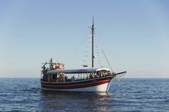 Touristisches Schiff vor der Küste von Porec, Kroatien Stockbild