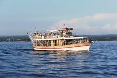 Touristisches Schiff vor der Küste von Porec, Kroatien Lizenzfreie Stockfotos